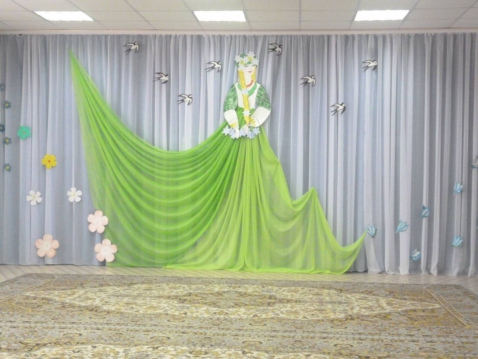 Фото украшение сцены из ткани